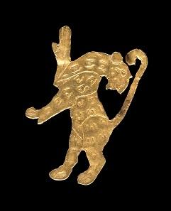 Löwenfigur. Malyan, ABC surface. 4. Jt. v. Chr. Goldblech. 2,1 x 2,6 cm. Teheran, National Museum of Iran. © The National Museum of Iran / Kunst- und Ausstellungshalle der Bundesrepublik Deutschland GmbH. Foto: Neda Hossein Tehrani, Nima Mohammadi Fakhoorzadeh.