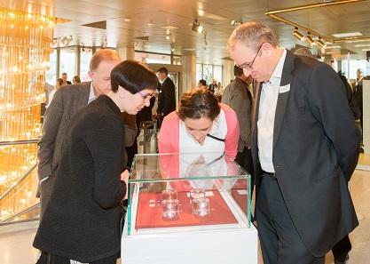 Die Besucher staunen über die kostbarsten Münzen der Schweiz.