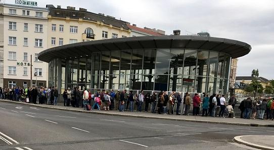 Eine lange Schlange bildete sich vor dem Shop der Münze Österreich AG.