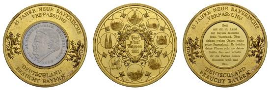 Los 2140: Medaillen Deutschland, Bayern 1991. 45 Jahre neue Bayerische Verfassung, schwere Feingoldmedaille. Ausruf: 2.300 Euro.