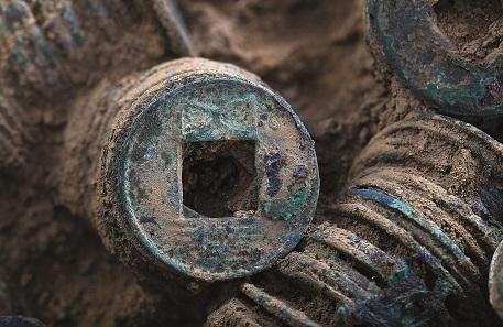 Tongefäß mit 1000-2000 Bronzemünzen, 1.-2. Jh. n. Chr. Foto: © Nguyen Quóc Bình, Nationalmuseum für Geschichte Vietnams.