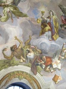 Personifikation des Glaubens (mit Kelch und Patene), das Böse in die Hölle verbannend. Wo Karl Borromäus ist, ist der Sieg über die böse Gegenreformation nicht weit. Die unheiligen Bücher werden zusätzlich von einem Engel mit einer Fackel in Brand gesetzt. Foto: UK.