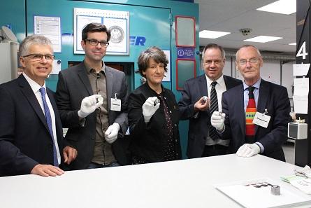 Münzleiter Peter Huber, Andre Witting, Finanzstaatssekretärin Gisela Splett, Thomas Dress und Max Kunze (v.l.n.r.) bei der Anprägung.