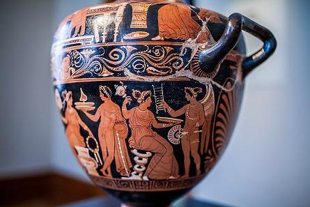 Wassergefäß mit häuslichen Szenen. Apulien, um 330 v. Chr. © Ruedi Habegger, Antikenmuseum Basel und Sammlung Ludwig.