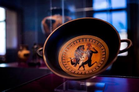 Trinkschale mit dem Kampf zwischen Herakles und Kyknos. Athen, um 560/550 v. Chr. © Ruedi Habegger, Antikenmuseum Basel und Sammlung Ludwig.