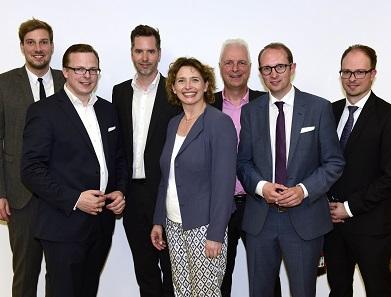 Mit der vortragenden Generalsekretärin der FDP, Nicola Beer, (Mitte), diskutierten mehrere Experten der Firma Künker, darunter der geschäftsführende Gesellschafter Ulrich Künker (2. v.r.) und Dr. Florian Arensmann, Beauftragter für das Ausfuhrverfahren im Hause Künker (r.).