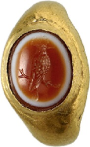 Lot 511. Gold ring with layered agate gem depicting a hoopoe. Early Imperial times. Work of an exceptional quality. Estimate: 3,500 euros.