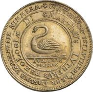 Unter dem strahlenden hebräischen Gottesnamen hebt Luther einen Scheffel von einer brennenden Kerze / Schwan, 1617, Medaille von Christian Maler, Goldblech.