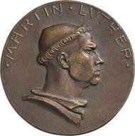 Luther im Mönchsgewand / Ritter mit Schwert auf Weltkugel, 1917, Medaille von H. Schwegerle, Bronze.
