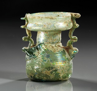 Los 550: Sprenkler aus grünlichem Glas. Region Judaea, 4./5. Jh. H. 7,8 cm. Taxe: 1.250 EUR.