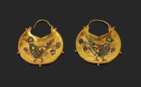 1124: Ein Paar halbmondförmiger Schläfenanhänger. Mittelbyzantinisch, ca. 11./12. Jh. L. 4,6 cm. Taxe: 12.000 EUR.