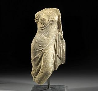 Los 587: Venusstatuette. Heller Marmor. Römisch, ca. 1. Jh. n. Chr. H. 42,6 cm. Taxe: 22.000 EUR.