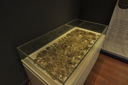 Der Münzschatz von Waal bei Augsburg, verborgen um 1220: Über 7.000 Silbermünzen aus dem Augsburger Währungsraum.