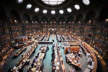 Schon so manchen staunenden Besucher hat das eindrucksvolle Interieur des Lesesaals der Richelieu-Bibliothek von der eigentlichen Lektüre abgehalten. Foto: Vincent Desjardins / Wikimedia Commons / CC BY 2.0.