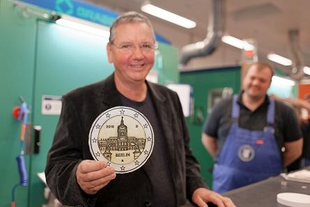 Münzgestalter Bodo Broschat bei der Anprägung, im Hintergrund Einrichter Johann Hörner.