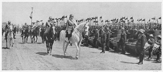 Karl II. und sein Sohn Michael inspizieren am 10. Mai 1939, dem rumänischen Nationalfeiertag, die Truppen.
