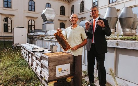 """Gerhard Starsich, Generaldirektor der Münze Österreich AG, und Imker Gernot Gangl bei der Präsentation ihres Produktes """"Flüssiges Gold"""". Foto: © jollyschwarz."""