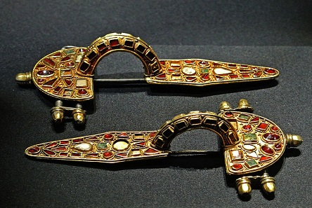 Two specimens with a particularly lavish decoration are these Germanic fibulae dating from the early 5th cent. AD, today in the Kunsthistorisches Museum Vienna. Photo: James Steakley / Wikimedia Commons / CC BY-SA 3.0.