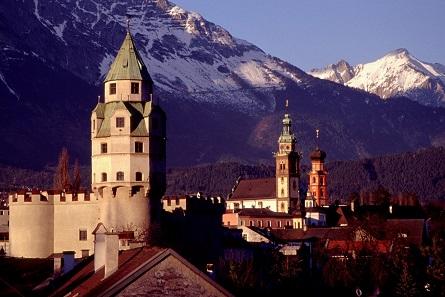 """Vor beeindruckender Kulisse bietet Burg Hasegg mit seinem Münzerturm den Rahmen für das """"Numismatische Wochenende"""" in Hall in Tirol. Foto: Herbert Ortner / Wikimedia Commons / CC BY 2.5."""