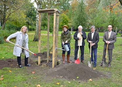 """Von links nach rechts: K. Schultze-Berndt (BzStR), Anne Bente Schnoor (Baumkönigin 2017), Dr. S. Wodarz (Stiftung """"Baum des Jahres""""), R. Zech (Leiter des Gartenbauamts) und A. Schikora (Geschäftsleiter der Berliner Münze)."""