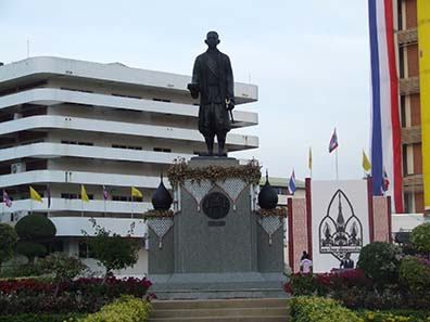 As initiator of a modern Western culture in Thailand the statue of Rama IV still stands in front of the University of Bangkok. Source: Wikipedia / Xiengyod.