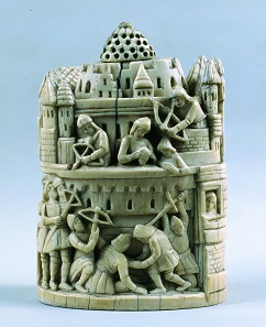 Schachfigur aus Elfenbein: Turm mit Belagerungsszene, 12. Jahrhundert. Douai, Musée de la Chartreuse. © Douai, Musée de la Chartreuse. Foto: Daniel Lefebvre.