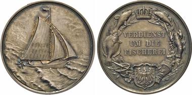 """Los 1068: Preussen. Wilhelm II., 1888-1918. Silberne Prämienmedaille o.J. (v. Arthur Krueger für Loos vor 1895?) für VERDIENST/UM DIE/FISCHEREI. Slg. Marienb. – Heidem. (1998) -. In Orig.-Lederetui mit bedrucktem Deckel (Preußischer Adler über """"Fischerei-/Medaille"""")."""
