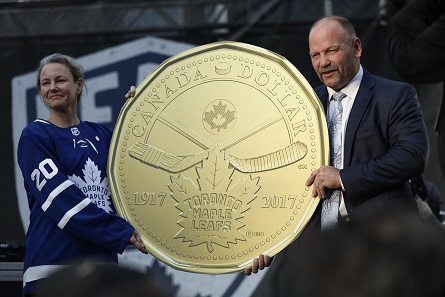 From left: Royal Canadian Mint President and CEO Sandra Hanington and Toronto Maple Leafs alumnus Wendel Clark unveil a $1 circulation coin celebrating the 100th anniversary of the Maple Leafs in Toronto's Maple Leafs Square (October 7, 2017).