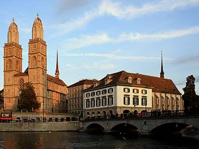 Abb. 2: Münsterbrücke mit Blick auf das Großmünster und die Wasserkirche. Foto: Roland, zh / Wikipedia
