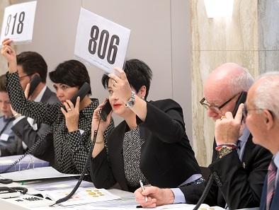 Telefon- und Internetbieter hielten das Auktionsteam auf Trab: Selbst Marianne Rapp (mit der Nummer 806) griff zum Telefonhörer, um Engpässe zu vermeiden.