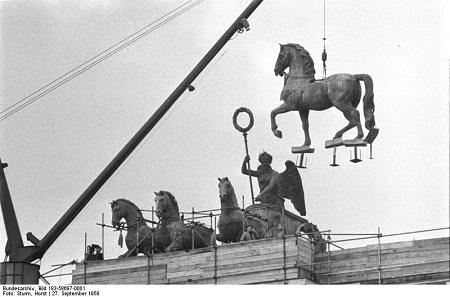 Die Rückkehr der Quadriga nach der Entfernung der preußischen Symbolik im Jahr 1958. Foto: Bundesarchiv, Bild 183-58697-0001 / CC-BY-SA 3.0.