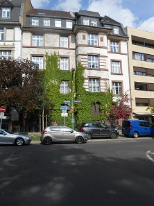 Bornwiesenweg 34, where the numismatic dealership Peus is headquartered.
