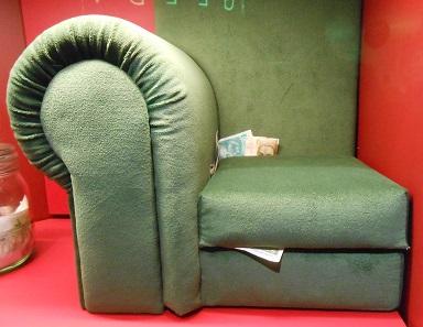 Im Sofa versteckt: Noch fehlen 12 Milliarden Mark.