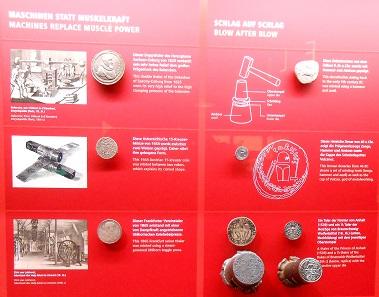 Das Prägen der Münzen.