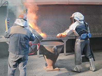 The slag is separated from the molten metal. Photo: UK.