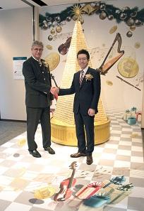 Der Generaldirektor der Münze Österreich, Gerhard Starsich, mit dem Vertreter von Ginza Tanaka.