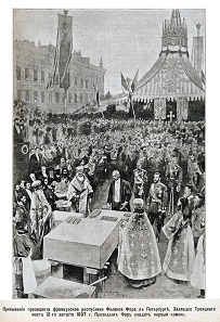 Grundsteinlegung für die Troizki-Brücke. Im Mittelpunkt der französische Präsident Félix Faure, zu seiner Rechten Zar Nikolaus II.