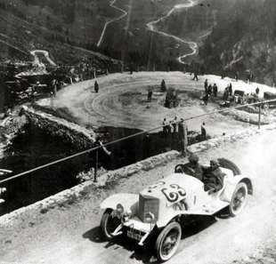 The Klausen pass was also the location of the historic Klausenrace. In this photo we see Walter Kaufmann with Steiger 'Sport' 11/55 PS (2nd) with his co-driver Hans Mensch at the II. International Klausenrace in 1923.