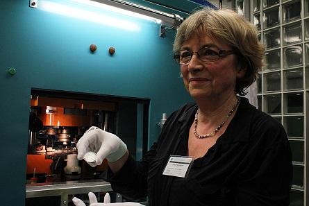 """Lucia Maria Hardegen, Künstlerin, mit einer Erstprägung der 20-Euro-Sammlermünze """"275 Jahre Gewandhaus Orchester"""" in Spiegelglanz Qualität."""
