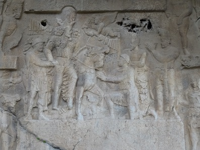Shapur I presents the Roman emperors he defeated: Philippus Arabs kneeling, Gordian III being tramped down by Shapur's horse, Valerian led by Shapur in captivity. Rock relief at Tang e-Showgan. Foto: KW.