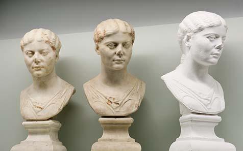 Portraitbüste Julias, einer römischen Prinzessin (20-30 n. Chr.), und Kopien aus Gips und Kunstharz. Laténium, Hauterive/Neuchâtel - Photo Laténium (M. Juillard).