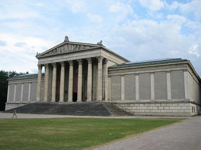 Die Staatlichen Antikensammlungen residieren seit der im April 1967 fertig gestellten Restaurierung in dem von Georg Friedrich Ziebland (1800-1873) errichteten Gebäude am Südrand des Königsplatzes. Foto: Oliver Kurmis / CC BY 2.0