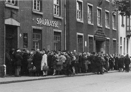 Bei der Einführung der D-Mark 1948 bildeten sich vielerorts lange Schlangen, wie hier vor einer Umtauschstelle in Essen. Foto: Bundesarchiv, Bild 183-2005-1017-513 / CC-BY-SA 3.0.