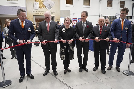 Representatives of the guest of honour, the Royal Dutch Mint, and the World Money Fair are cutting the red ribbon to inaugurate the event. Photo: WMF.