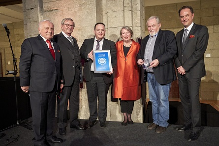 The representatives of Sack & Kiesselbach proudly receive their World Money Fair Award during the gala dinner. Photo: WMF.
