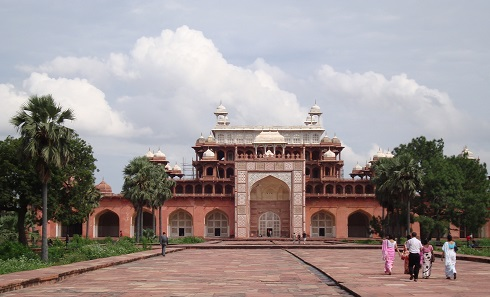 According to the new law, the newly planned highway could have been built within the buffer zone of Akbar's tomb in Agra, too, which is the largest tomb in India in terms of surface area. Photo: Adrianne Wadewitz / CC BY-SA 3.0