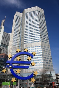 The Euro sign in front of the European Central Bank building in Frankfort. Photo: J. Patrick Fischer / by-cc 3.0.