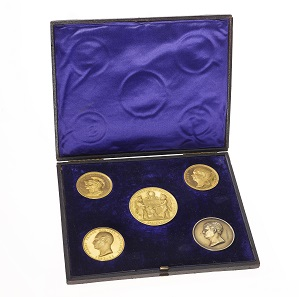Die Schatulle mit allen fünf Medaillen.