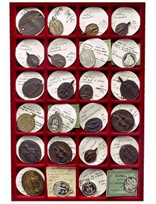 1679: 61 pilgrimage medals from Southern Germany and Austria from 18th and 19th century. Some rare. Some with small errors, very fine to nearly FDC. From the Horn Collection. Estimated: 600 euros.