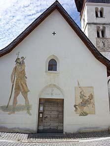 Wandbilder von Alois Carigiet an der katholischen Kirche von Vella. Foto: Adrian Michael / Wikipedia.